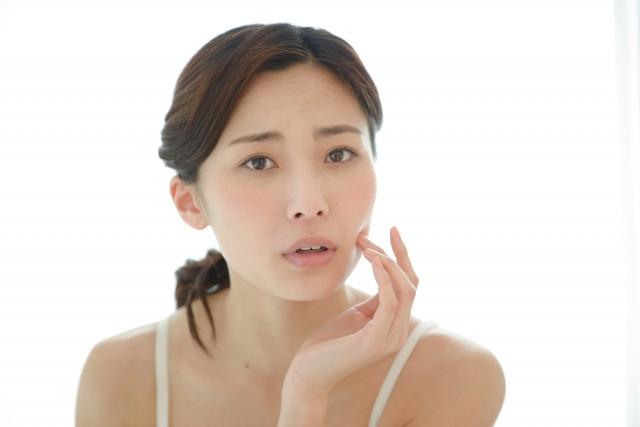 美容鍼 女性の困った顔